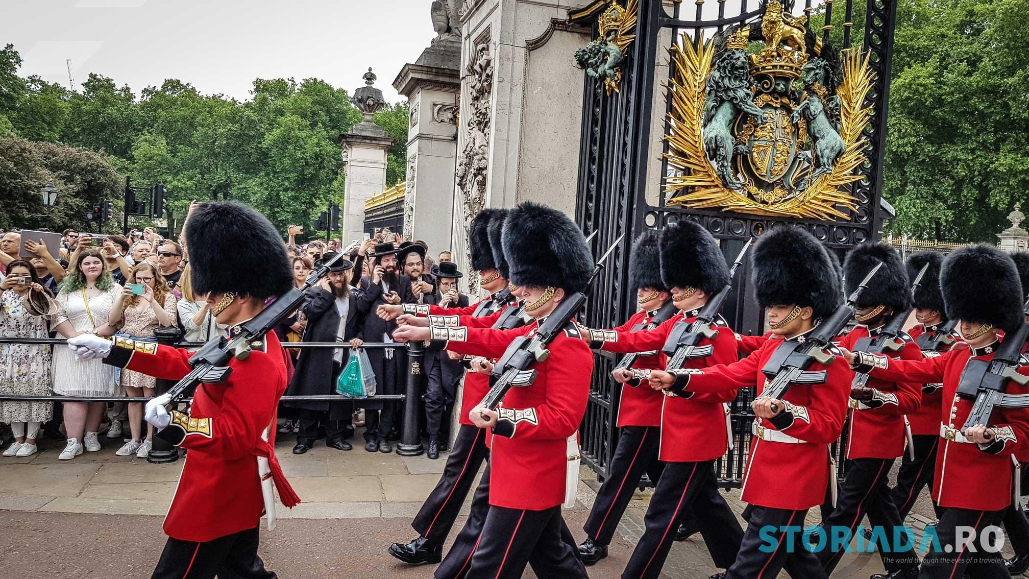 Garda Reginei, Bear Hatskin, Buckingham Palace, Londra